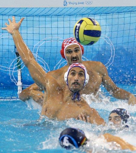 图文-14日水球比赛赛况 克罗地亚守门员与后卫