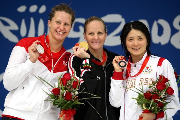 图文-奥运会女子200米仰泳决赛 三甲开心合影