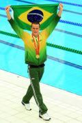 图文-奥运会男子50米自由泳决赛 骄傲展示巴西国旗