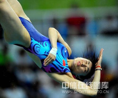 图文-3米板决赛郭晶晶吴敏霞冲金 空中动作很完美