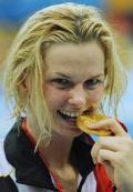 图文-斯特芬获50米自游泳冠军 咬一下金牌
