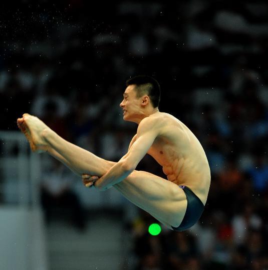 图文-男子10米跳台半决赛赛况 周吕鑫跳下高台