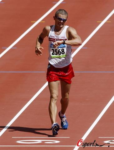 图文-北京奥运会男子20公里竞走 是在看表吗