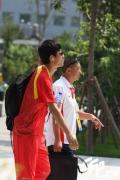 图文-刘翔退赛后回到奥运村 走路已经一瘸一拐