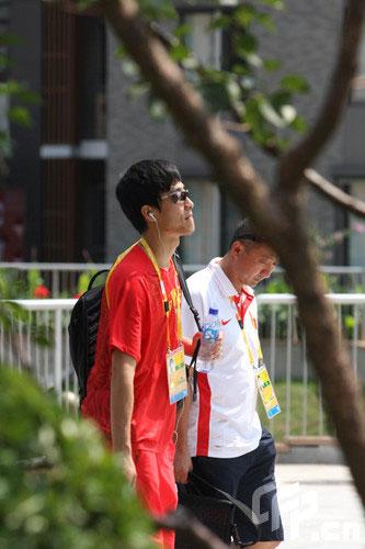 图文-刘翔退赛后回到奥运村 在教练陪同下回奥运村