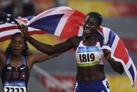 图文-女子400米英国选手夺冠 享受胜利喜悦