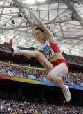 图文-奥运女子三级跳远决赛展开 落地脚先行