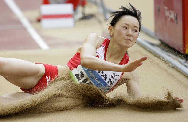图文-奥运女子三级跳远决赛展开 日本娇娃落地