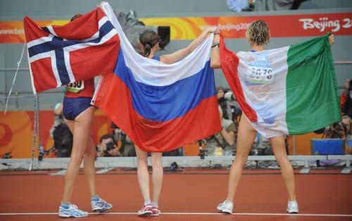 图文-女子20公里竞走决赛 三甲向观众致敬