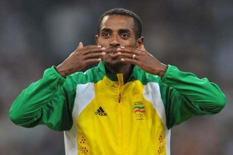 图文-[奥运]田径男子5000米决赛 飞吻献给谁