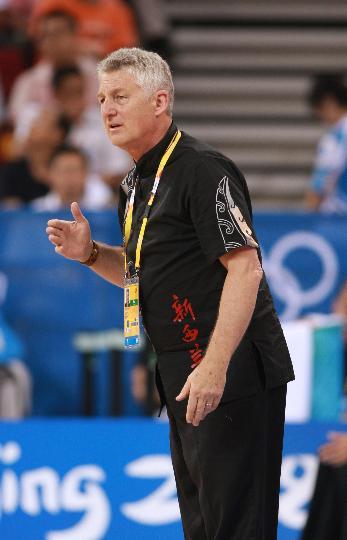 图文-女篮新西兰76-72胜马里 新西兰队教练麦克休