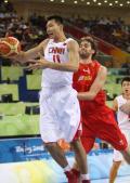 图文-[奥运]西班牙85-75中国男篮 阿联控制住篮板球