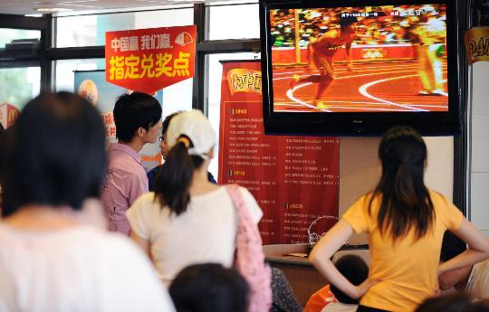 图文-刘翔退赛新闻发布会举行 麦当劳里面的观众