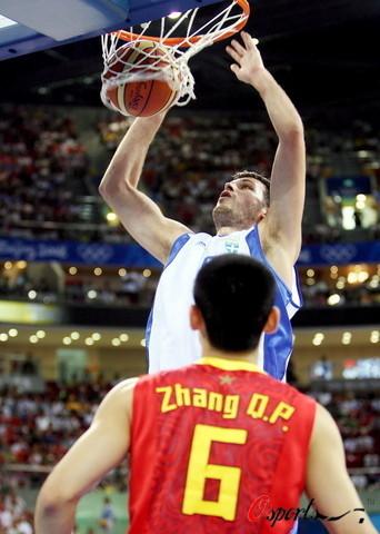 图文-[奥运]中国男篮77-91希腊 张庆鹏很是无奈