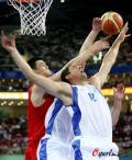 图文-[奥运]中国男篮77-91希腊 两人都斗不过姚明