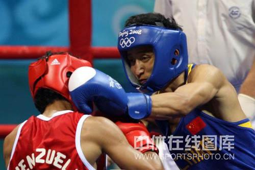 图文-拳击48KG级邹市明进16强 邹市明声东击西