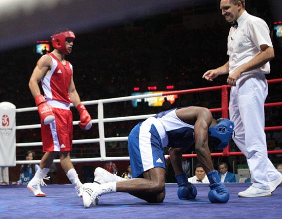 图文-20日奥运赛场拳击赛况 是在祈求裁判吗