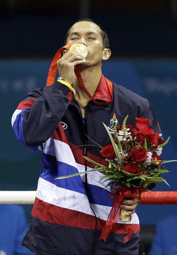 图文-拳击男子51公斤级泰国夺冠 宗触霍深情一吻