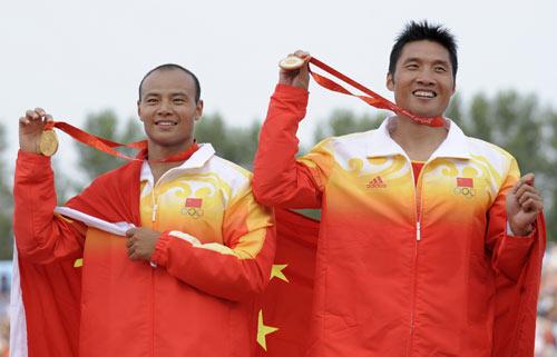 图文-男子双人划艇500M中国夺金 冠军展示金牌
