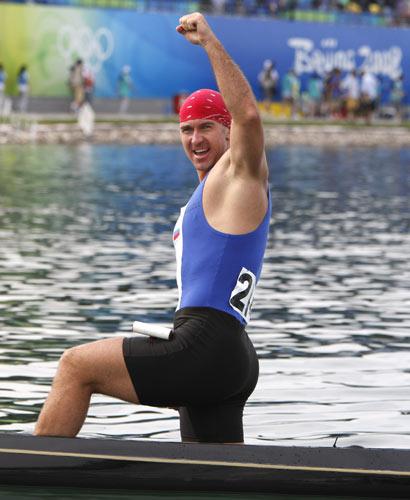 图文-男子单人划艇500米决赛赛况 挥舞胜利之拳