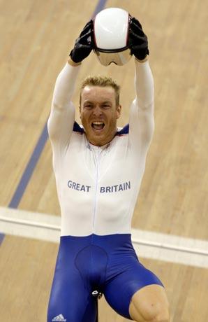 图文-[奥运]自行车男子争先赛 兴奋举起头盔