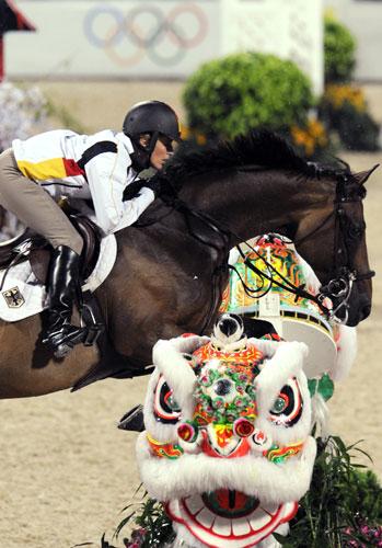 图文-奥马三项越野赛在港举行 狮马共舞