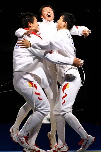 图文-中国进入男子重剑团体1/4决赛 享受胜利喜悦