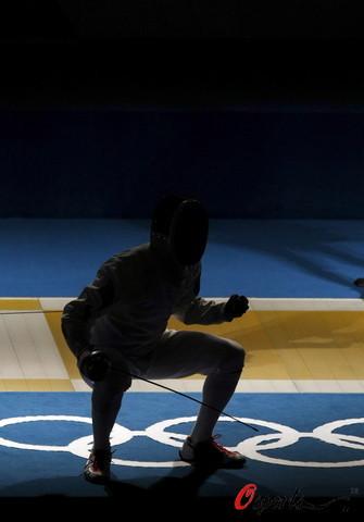 图文-中国进入男子重剑团体1/4决赛 黑暗中的欢呼