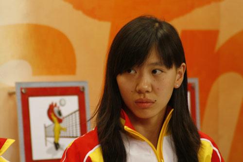 图文-中国女子佩剑队做客新浪畅聊 倪红认真听提问