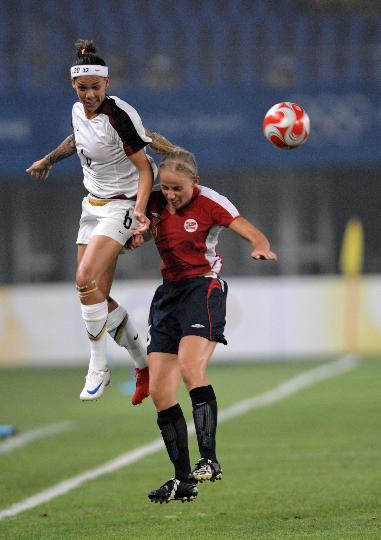 图文-[女足]挪威2-0美国 美国队卡伊与挪威队员争顶