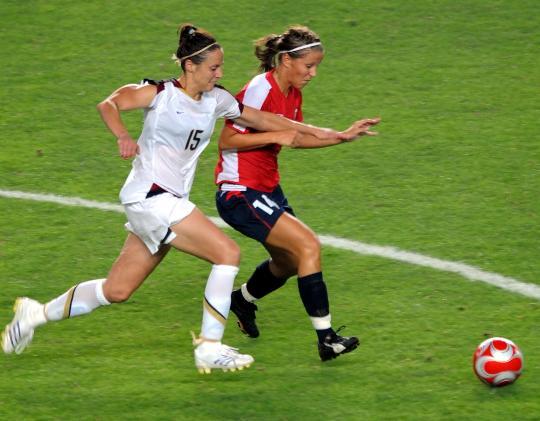 图文-[女足]挪威2-0美国 挪威队克努特森与对手拼抢