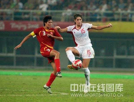 图文-[女足]加拿大1-1中国 李洁严防对手锋线球员