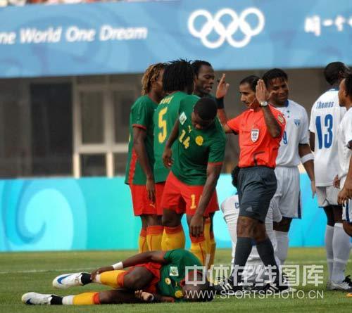 图文-喀麦隆国奥对阵洪都拉斯 裁判控制局面