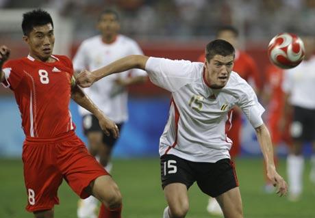 图文-[男足]中国国奥0-2比利时 西梅于斯抢先一步