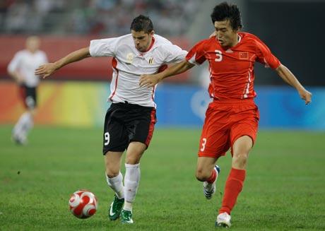 图文-[男足]中国0-2比利时 冯潇霆防守卡斯蒂洛