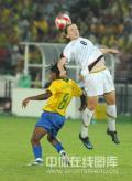 图文-女足决赛美国1-0巴西 美国队员争顶成功
