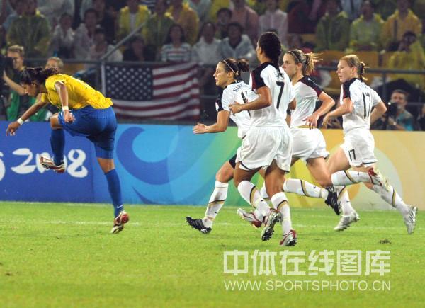 图文-女足决赛美国1-0巴西 巴西队员一骑绝尘