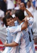 图文-男足决赛阿根廷vs尼日利亚 阿奎罗上前拥抱