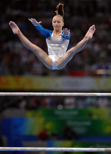 图文-体操女子全能决赛赛况 高低杠赛中瞬间