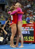 图文-体操女子全能柳金登冠 柳金与肖恩紧紧拥抱
