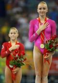 图文-体操女子全能柳金登冠 领奖台上的冠亚军
