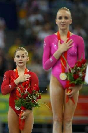 图文-体操女子全能柳金登冠 肖恩获得银牌在奖台上