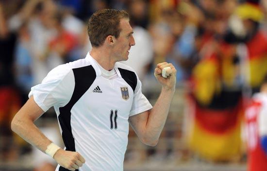 图文-16日手球赛场聚焦 德国队员庆祝射门得分