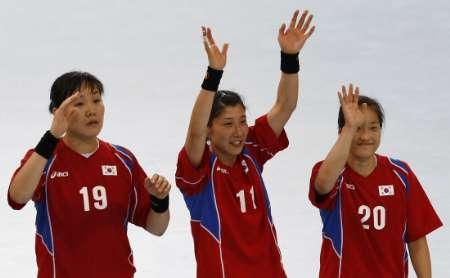图文-男女手球预赛继续开战 韩国队欢庆胜利