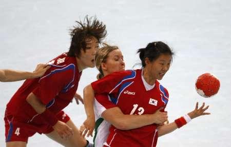 图文-男女手球预赛继续开战 一把抓住你