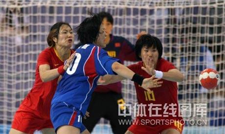 图文-女子手球中国无缘四强 上方拼争球权