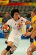 图文-女子手球5-8名排位赛 中国队员带球突破