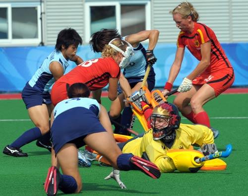 图文-女曲预赛德国1-0日本 德国队保护进球