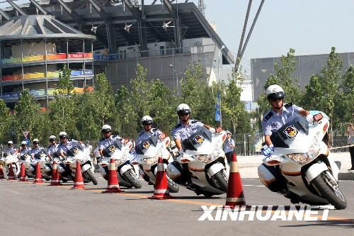 图文-北京奥运带路队交警亮相 整齐成列大展神功