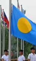 图文-各代表团奥运村升旗仪式 升旗手升起帕劳国旗